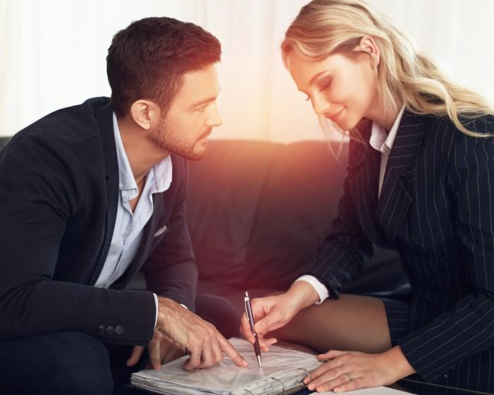 【職場恋愛の盲点…】コンプライアンスに引っかかった「NG恋テク」3つ