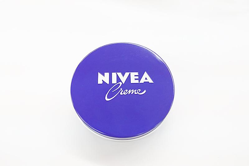 【男がトロけるもちもち感…】ニベアの青缶で愛され肌へ。正しい使い方