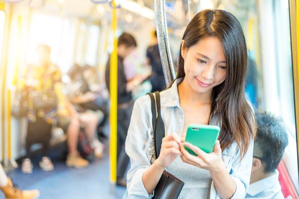 自然に連絡先GET…!「電車内で気になった男」と急接近する方法3選