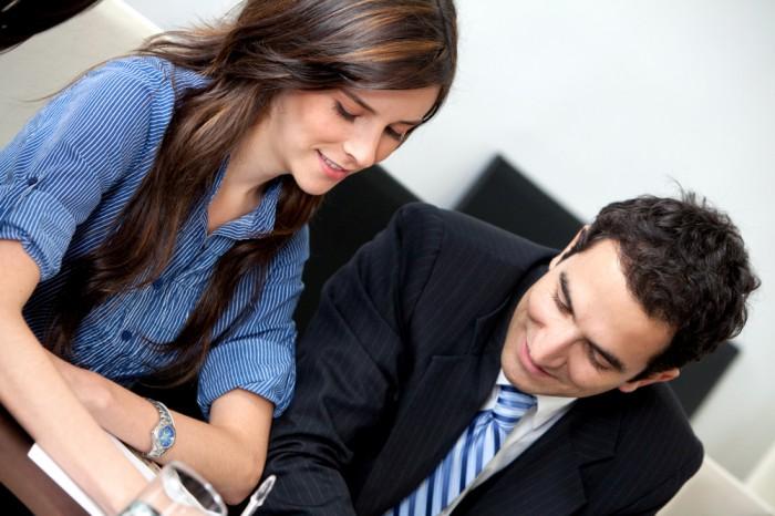 職場恋愛は慎重に…?「好きな男性上司」に気に入られる接し方4選