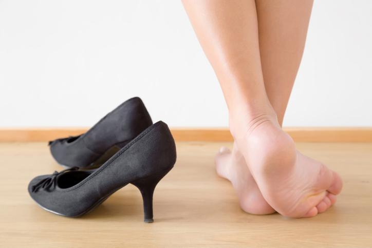 立ち姿がおかしいのは靴のせい! 避けるべき「靴&ヒール」の特徴
