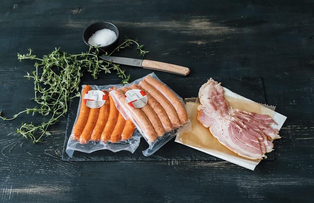 パリッ、ジュワッ! BBQにピッタリの絶品ベーコン&ソーセージ