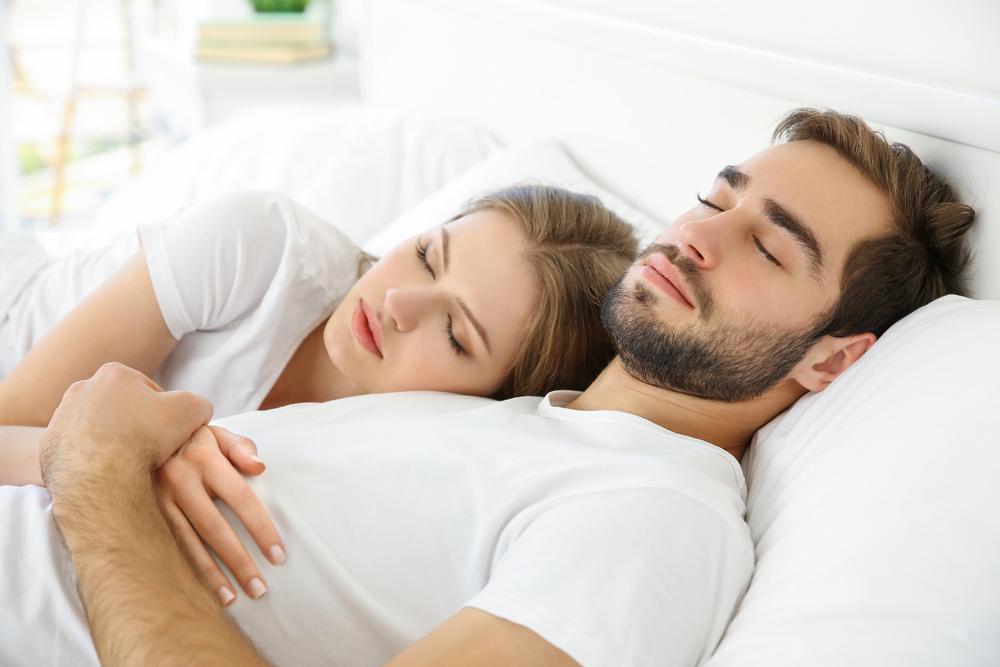 アソコを付けて…男が幸せを感じる「彼女と寝る時の体勢」5選