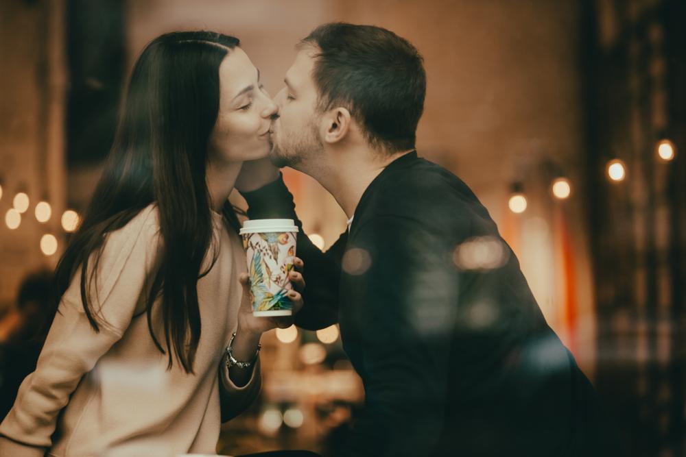 顔を覗きこんで…男がキスしたくなる「女の意外な仕草」6選