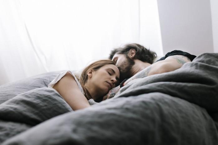 胸を押し当てて…男が「添い寝中」に密かにして欲しいコト4つ