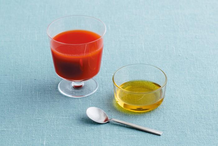 シワが減り美肌に!? トマトジュースと一緒に摂りたいものとは?