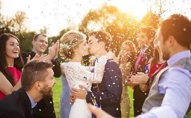 かよわい新婦を支えたのは…?ゲストが体験した衝撃の結婚式エピソード5選