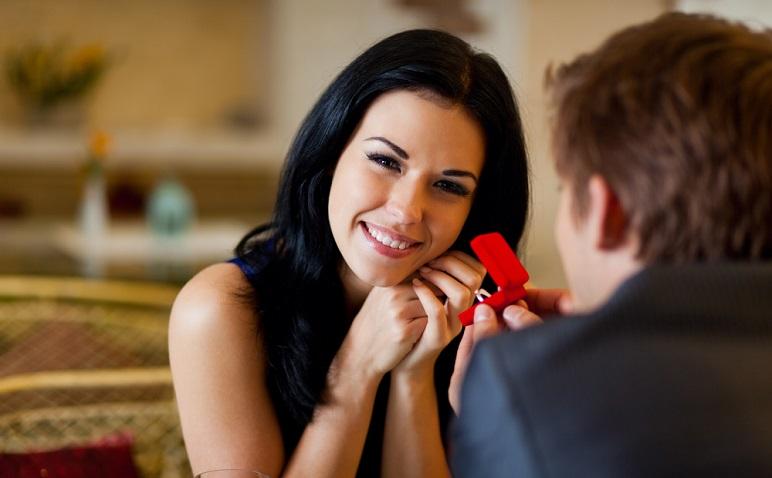 年下彼氏を結婚に踏み切らせる秘訣は?周りに協力してもらう、一度離れる…