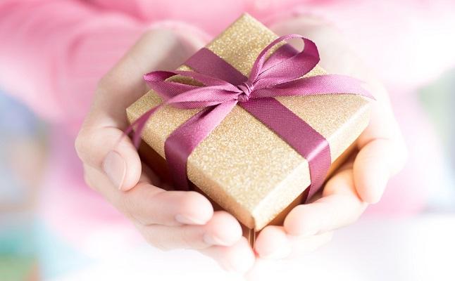 何でもない日にプレゼントを贈るコツ!彼が喜ぶorドン引きの境界線は?