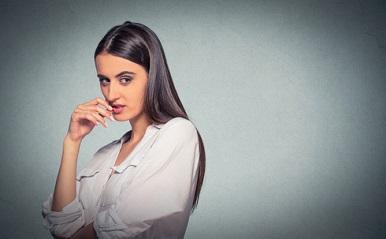 「女を裏切る女」5タイプ!友達カップルの仲を壊す、突然孤立させる…