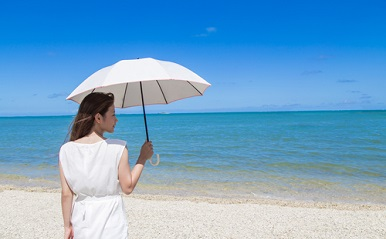 日傘をさしても焼けるのはなぜ?本当に日焼けしないパラソルの選び方