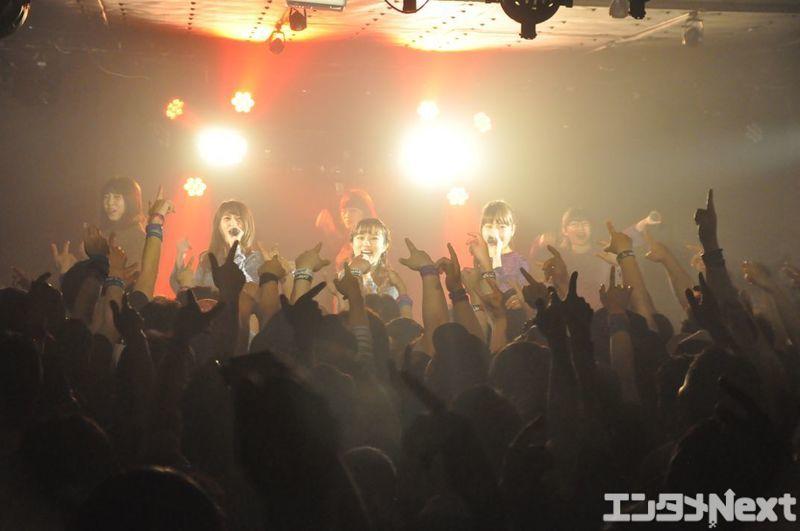 ライブの初っ端からオーディンスたちは熱く拳を突き上げていた。
