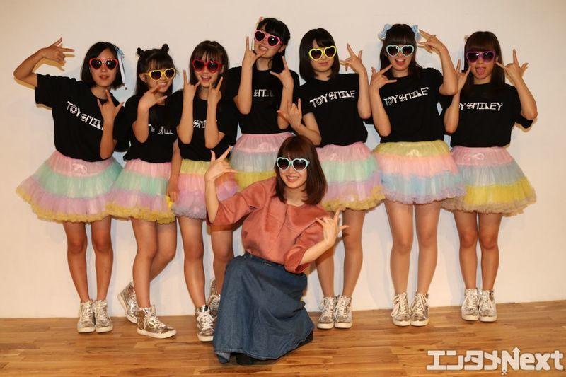 元アイドリング!!!の伊藤祐奈(手前)がプロデューサーを務める「TOY SMILEY」。左からさーちゃん、こちゃ☆、あみた、ゆっち、まほたん、かののん、リナティの全7人。
