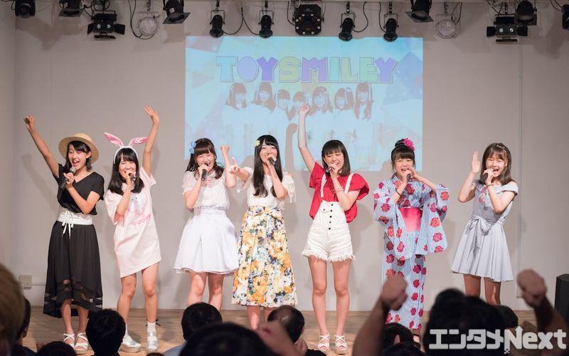 思い思いの私服で登場したトイスマの7人。左からさーちゃん、リナティー、かののん、ゆっち、まほたん、こちゃ☆、あみた。