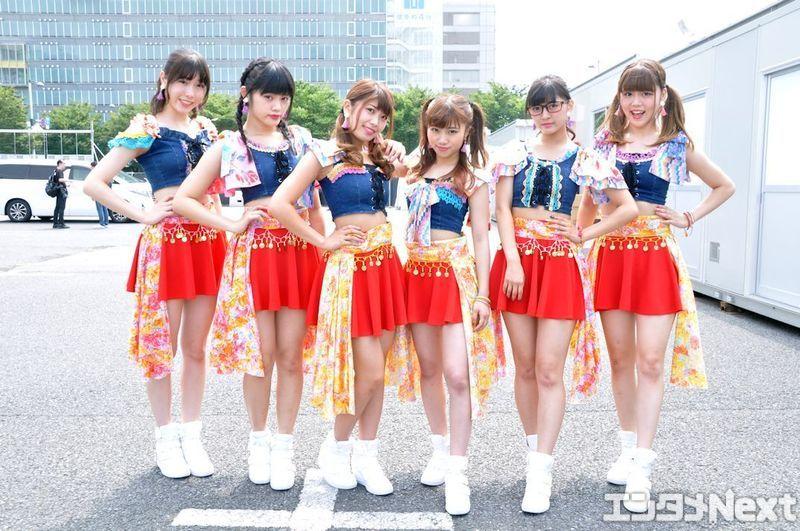 新衣装で決めた大阪☆春夏秋冬。左からYUNA、RUNA、EON、MAINA、ANNA、MANA。最年少のRUNAはTIF初日がちょうど17歳の誕生日だった。