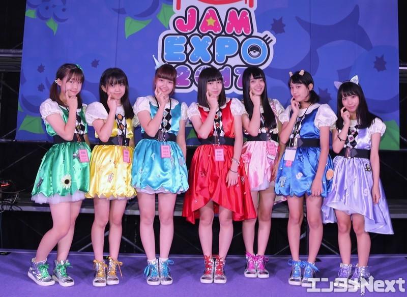 左から新倉あみ、喜多見ことか、末永かのん、芦田まほ、辻ゆうか、乙幡さな、松川りな。担当カラーを反映した衣装は8月13日の単独イベントで初披露されたばかりだ。
