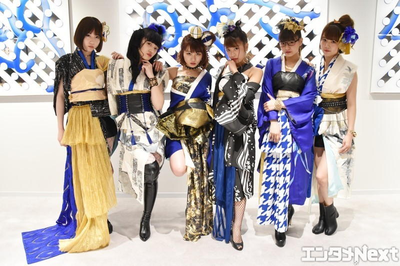 左からYUNA(由奈)、RUNA(瑠奈)、MAINA(舞奈)、EON(恵園)、ANNA(杏菜)、MANA(茉奈)。この和テイスト衣装は着物をベースにメンバー一人一人に合わせて手作りされたものだ。