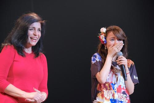 May J.号泣! 全国ツアー初日公演に実母サプライズ登場