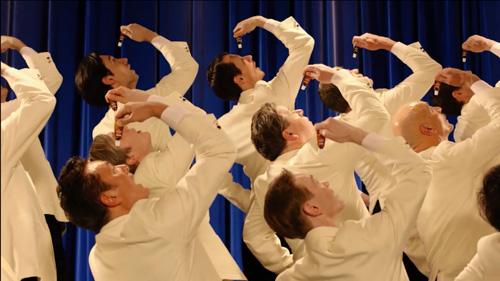 総勢27名の外国人合唱団が盛大に歌うテーマ曲とは?