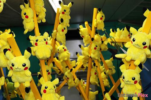 通行人驚き! ピカチュウの巨大オブジェが新宿駅に出現