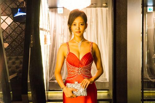夏菜、キャバ嬢役でセクシーなドレス姿を披露!