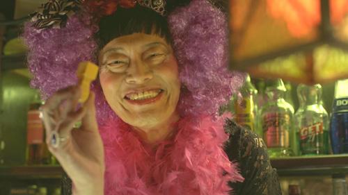 遠藤憲一が女装してBARのママに! 画力の破壊力がスゴい