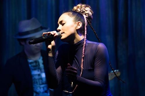 土屋アンナ、15周年記念プレミアムライブで観客を魅了!