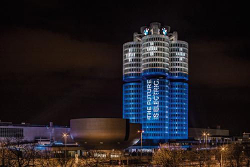 独ミュンヘンのBMWグループ本社タワーをライトアップ!