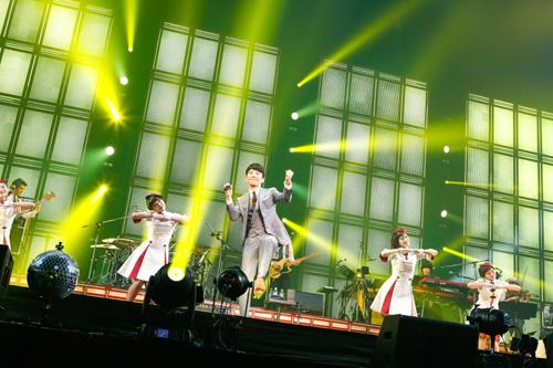 星野源、新宿がライブ会場に!? 日替わりでライブ映像OA