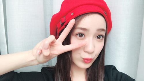 平祐奈、真っ赤なベレー帽姿でJKポーズ!