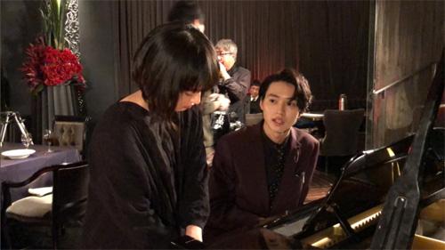 """""""ドメキス""""山﨑賢人、門脇麦とピアノで遊ぶ仲良し写真"""