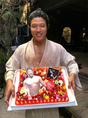鈴木亮平「幸せ者でございもす」撮影現場で35歳BD迎える