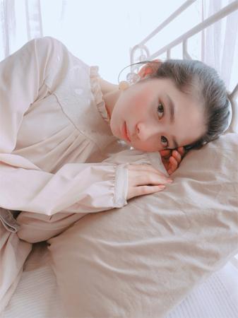 桜田ひより、ベッドに横たわって見つめる姿にファン悶絶