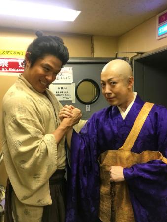 鈴木亮平、ブログ写真に「プロレスのようで男っぽい」