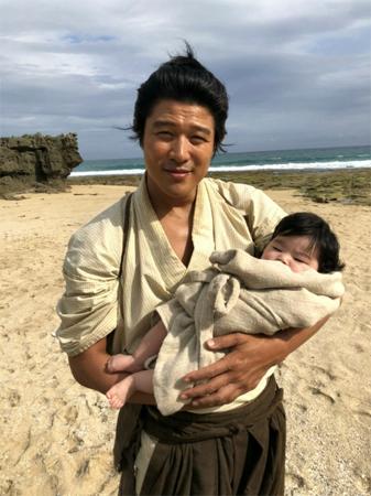 鈴木亮平のキスシーン「まさかの石橋蓮司さんとでした」