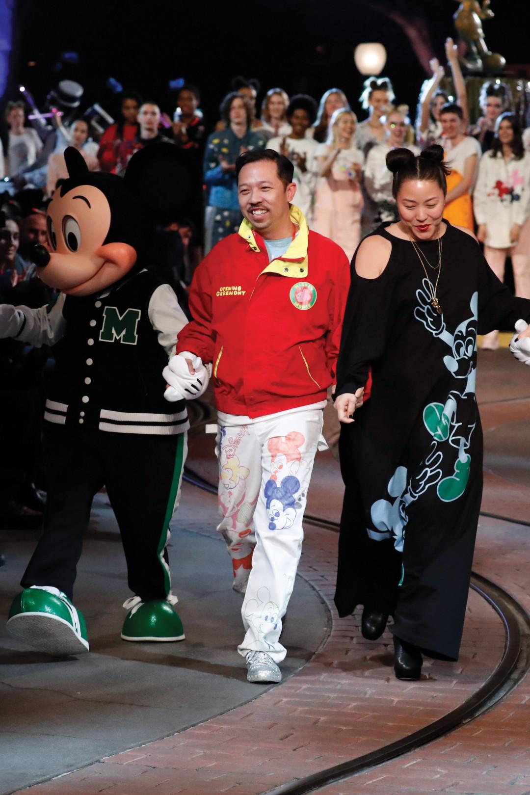 オープニングセレモニーのランウエイショー、米・アナハイムのディスニーランドで開催