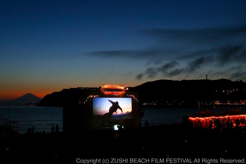 今年も逗子海岸に手作りのシアターが10日間限定で登場