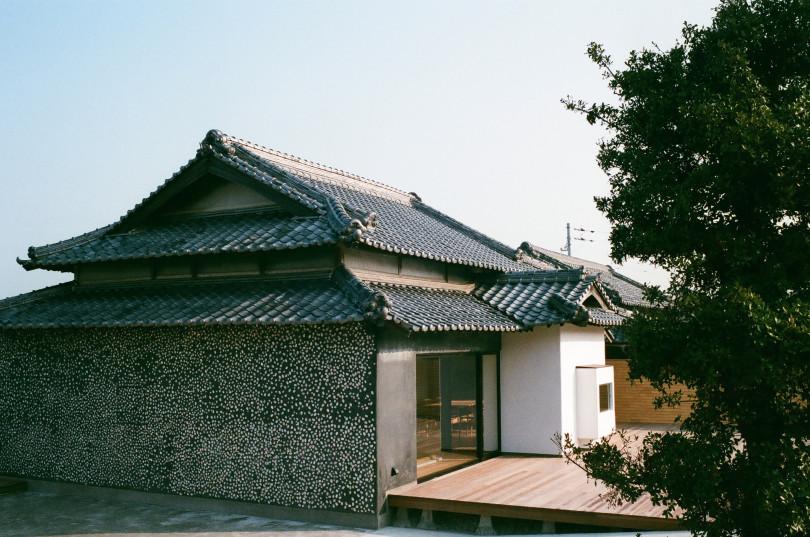 ⾹川県・豊島に皆川明がディレクション、緒⽅慎⼀郎の設計による宿泊施設「ウミトタ」がオープン