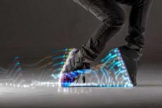 7色LEDで超目立つ!光るスニーカーが楽しそう