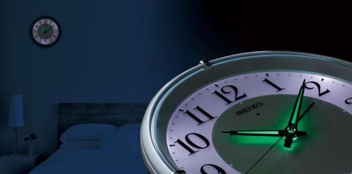 寝室に最適!自動でふわっと光る壁掛け時計なら眠りのジャマになりません