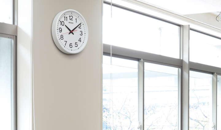"""これぞ""""機能美""""!「教室の時計」ならではの時間を正確に確認できる工夫とは"""