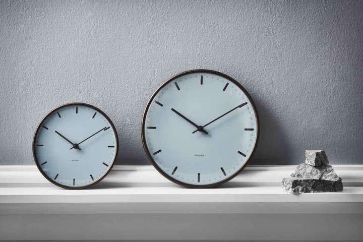 ヤコブセン・スイートと同じカラーを纏った美しき掛け時計