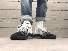 靴下系スニーカー「TUBULAR」の新作は個性派モノトーン