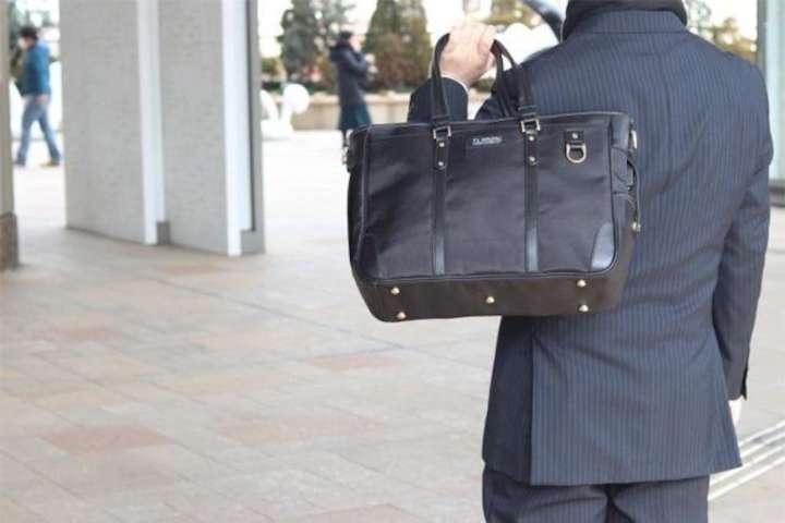 大量にモノを入れるなら、バッグは軽い方がいいですよね