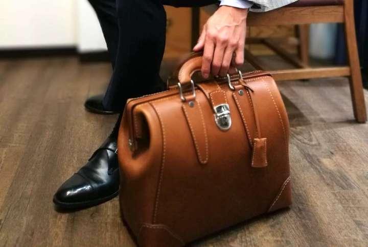 職人の手によるクラシックなダレスバッグに見惚れる