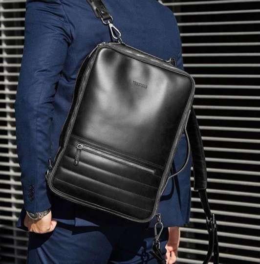 レザーでスクエアなバックパックこそビジネスマンが選ぶべき鞄です