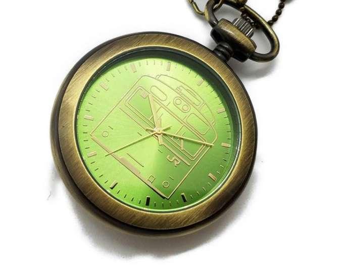 こだわりのウグイス色が美しい、103系の魅力を懐中時計に!