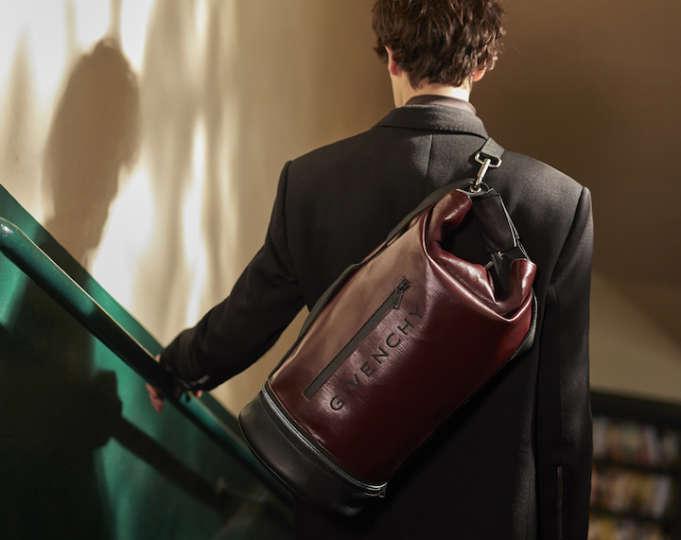 休日用のスポーツバッグはジバンシィでばっちりキメる!