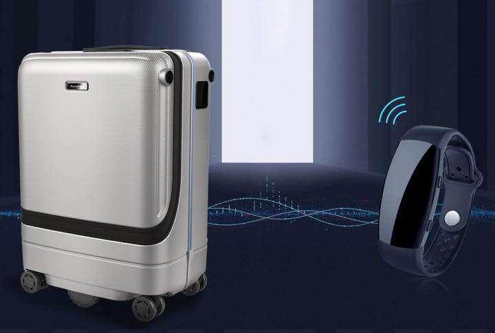 こ、このスーツケース…勝手に動くぞ!