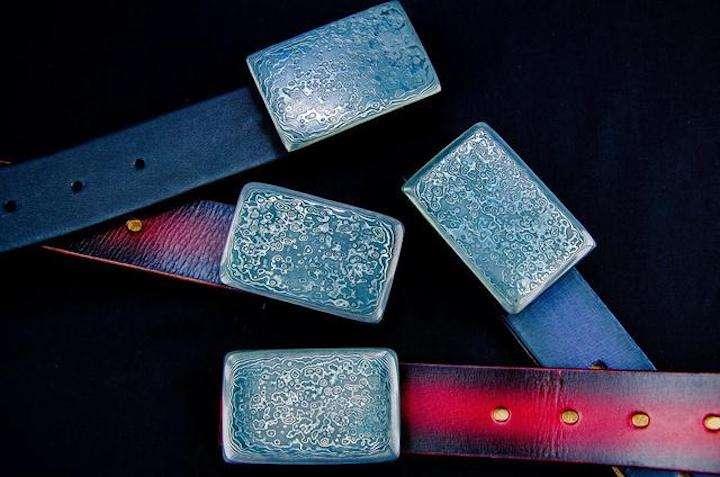 刀匠の街で作られた「ダマスカス鋼」バックルのレア感がすごい!